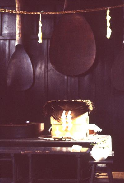 岡山県吉備津神社の「鳴釜神事」の釜。 神からのメッセージを釜の鳴る音で占う。