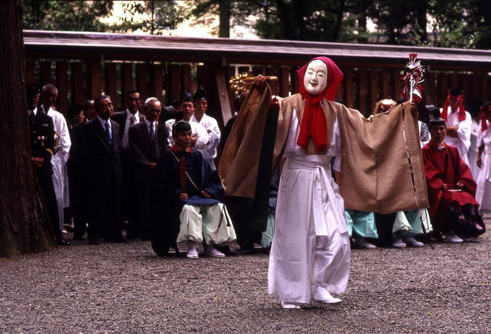 宮崎県高千穂の高千穂神楽。神楽とはもともと、神と人が一体となる場のことであり、のちにそこで行われる歌舞を意味するようになった。