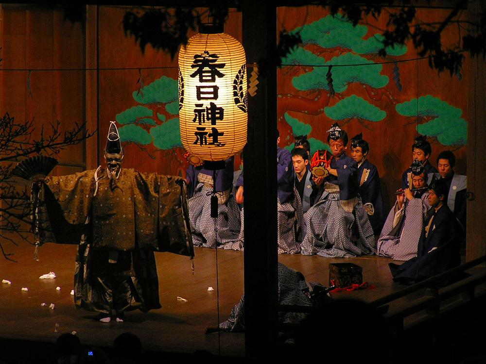 兵庫県篠山市、春日神社の能舞台。能は演目にかかわらず、本舞台正面奥の「鏡板(かがみいた)」に描かれた老松の前で演じられる。